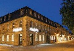 Außenaufnahme der Optikmeisterei in Erlangen: Genau auf der Ecke hängt noch das Apothekenkreuz.