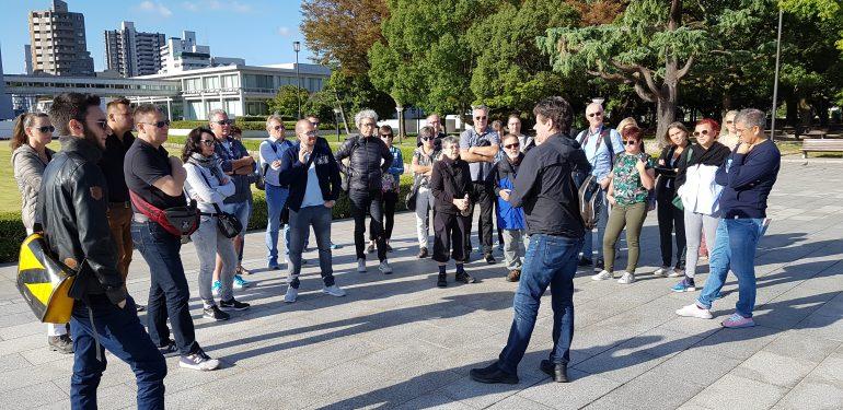 AO-Reisegruppe im Friedenspark von Hiroshima